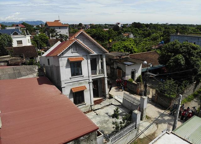 Cận cảnh ngôi nhà bất ngờ sụt xuống hố sâu 4m ở Hà Nội - 1