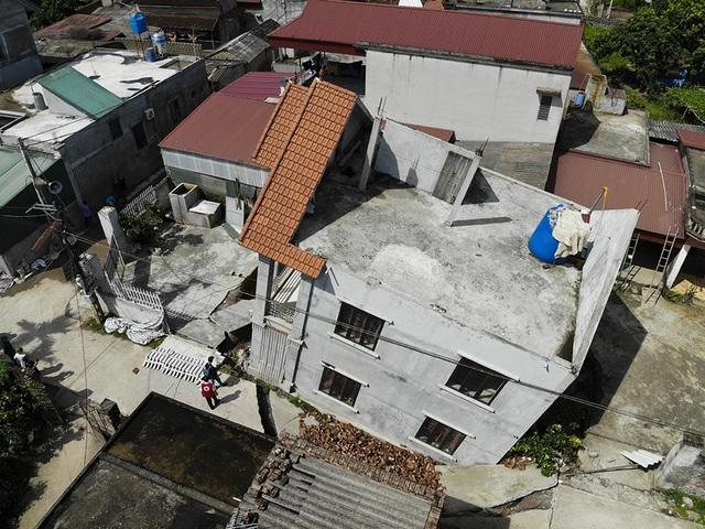 Cận cảnh ngôi nhà bất ngờ sụt xuống hố sâu 4m ở Hà Nội - 11