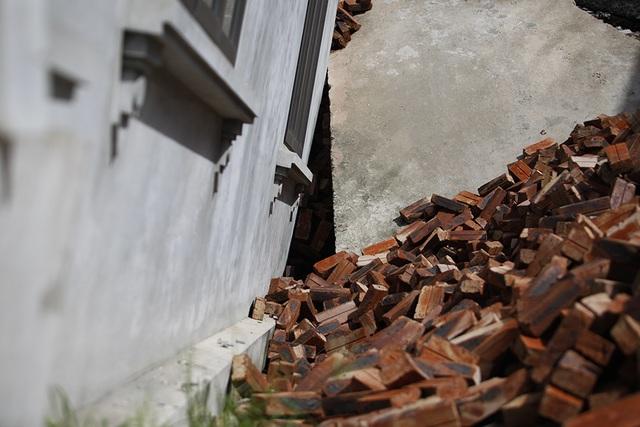 Cận cảnh ngôi nhà bất ngờ sụt xuống hố sâu 4m ở Hà Nội - 10