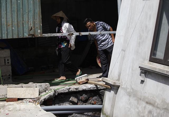 Cận cảnh ngôi nhà bất ngờ sụt xuống hố sâu 4m ở Hà Nội - 8