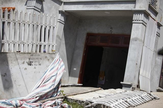 Cận cảnh ngôi nhà bất ngờ sụt xuống hố sâu 4m ở Hà Nội - 5