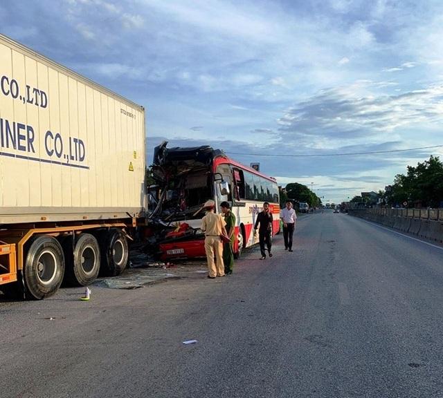 Xe chở đoàn du khách đi biển Cửa Lò gặp nạn, 1 người chết, 14 người bị thương - 1