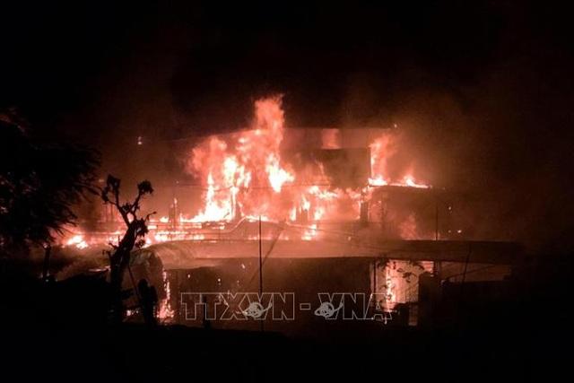 Hỏa hoạn thiêu rụi nhà hàng du thuyền trên sông Lô - 1