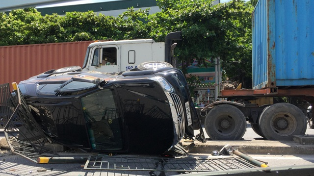 Xe container ép Fortuner lật nghiêng, nữ tài xế cùng con nhỏ may mắn thoát chết - 1