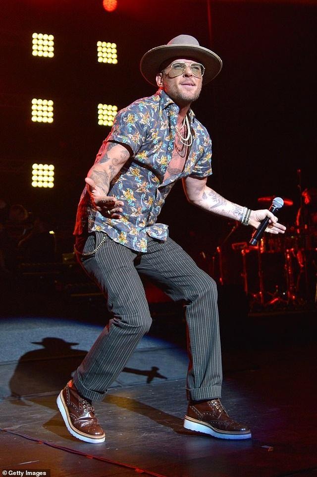 """Nam ca sĩ 50 tuổi được khen ngợi vì phản ứng sau cú ngã... """"sấp mặt"""" - 1"""