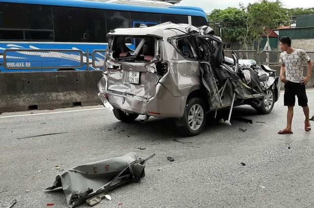 Tai nạn liên hoàn giữa 4 ô tô, xe 7 chỗ nát bươm, 2 người bị thương - 3