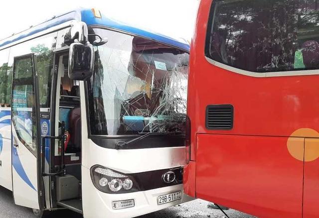 Tai nạn liên hoàn giữa 4 ô tô, xe 7 chỗ nát bươm, 2 người bị thương - 4