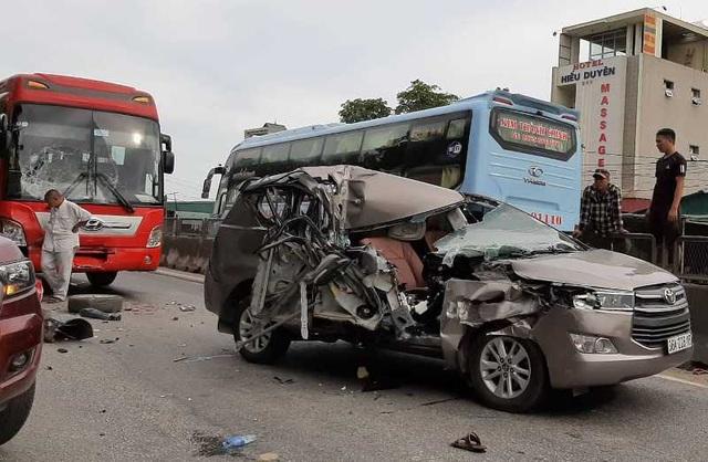 Tai nạn liên hoàn giữa 4 ô tô, xe 7 chỗ nát bươm, 2 người bị thương - 5