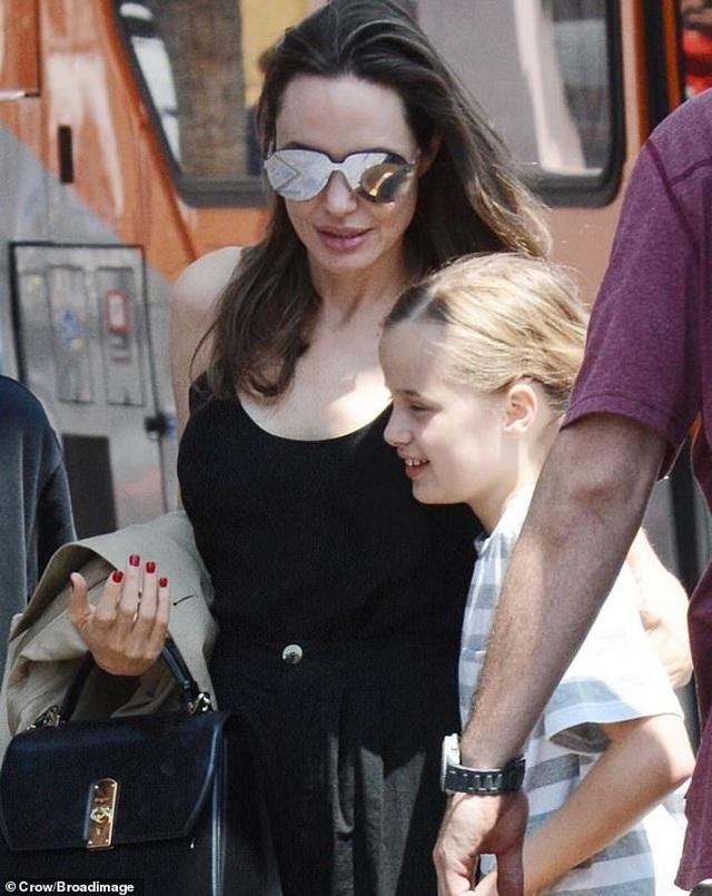Angelina Jolie ăn vận đơn giản đưa con ra phố - 2