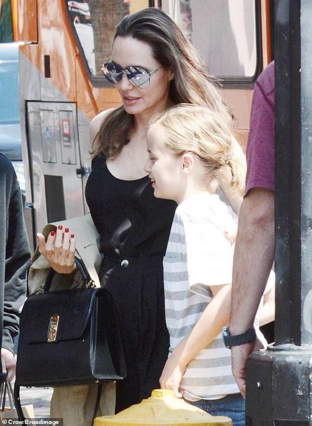 Angelina Jolie ăn vận đơn giản đưa con ra phố - 5