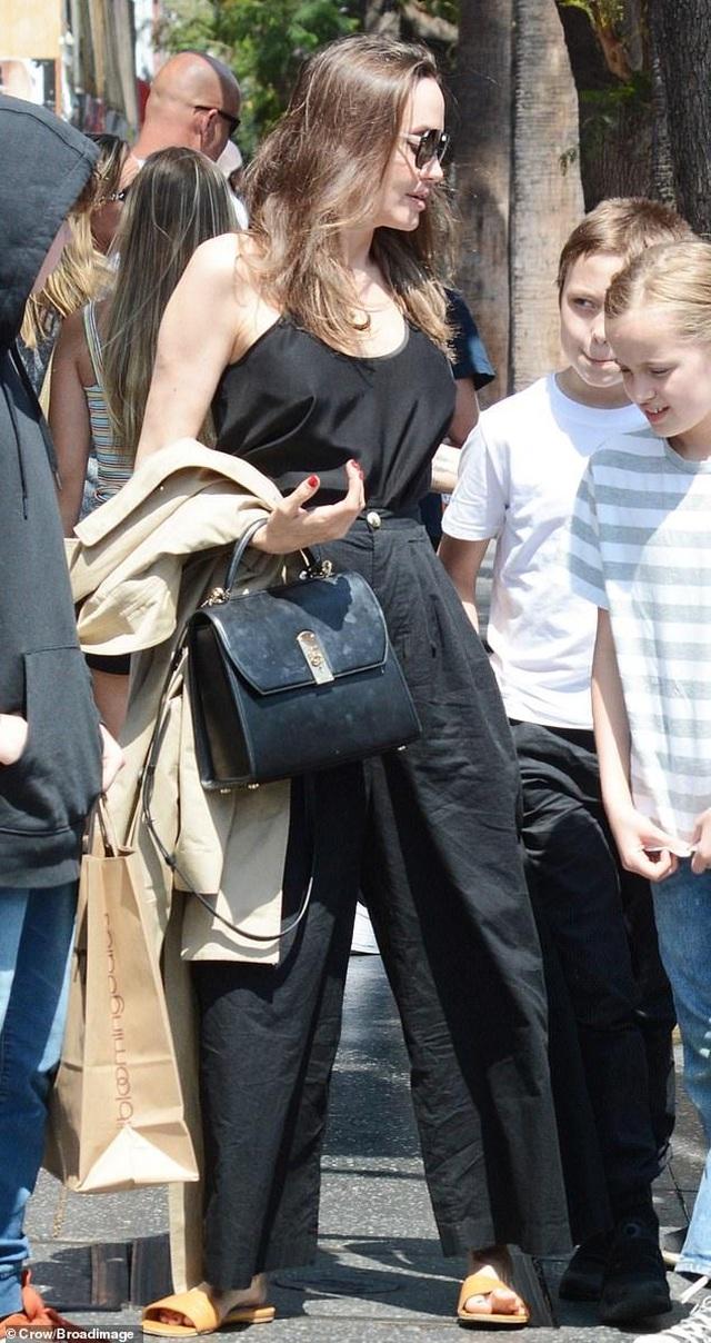 Angelina Jolie ăn vận đơn giản đưa con ra phố - 3