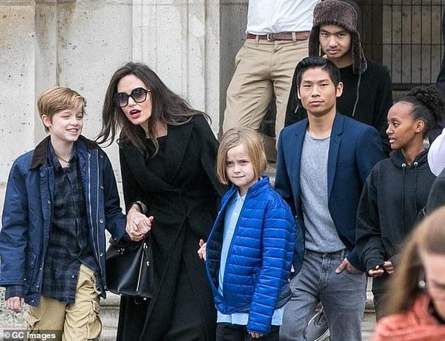 Angelina Jolie ăn vận đơn giản đưa con ra phố - 6