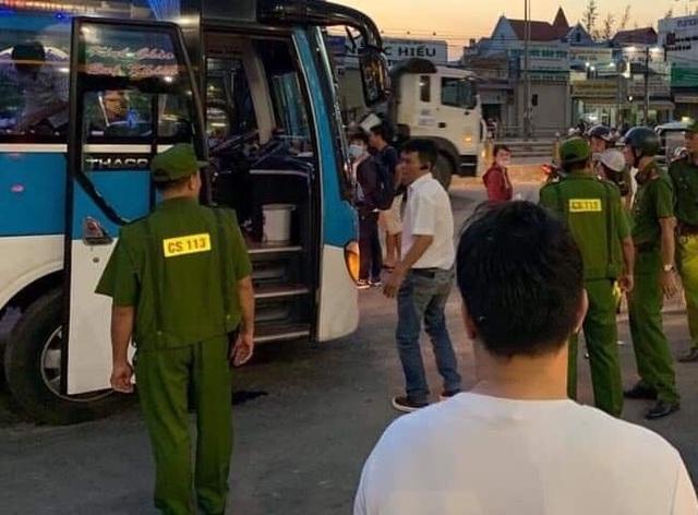 Nghi án 2 thanh niên ngáo đá chặn xe khách xin đểu - 1