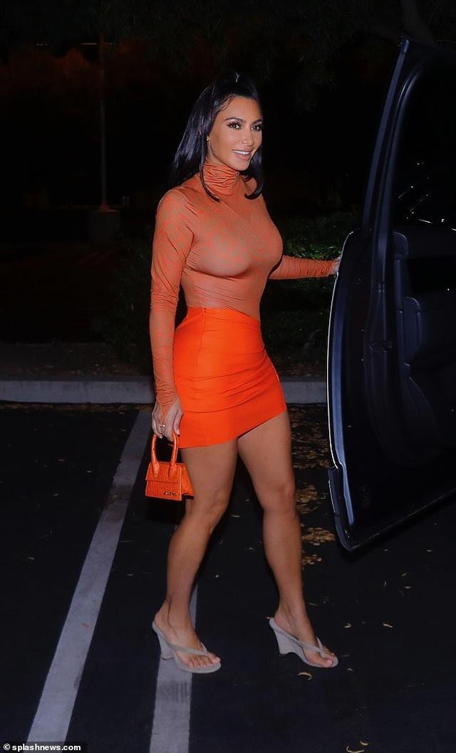 Kim Kardashian rực rỡ với váy bó màu cam - 7