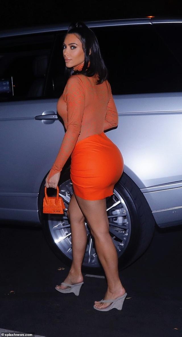 Kim Kardashian rực rỡ với váy bó màu cam - 6