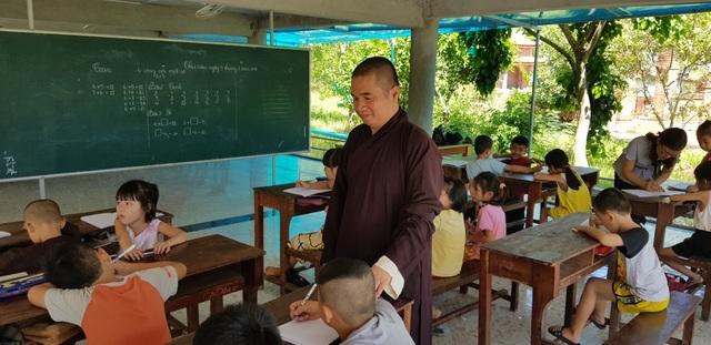 Ngôi chùa làng 16 năm mở lớp dạy học miễn phí cho học sinh - 1