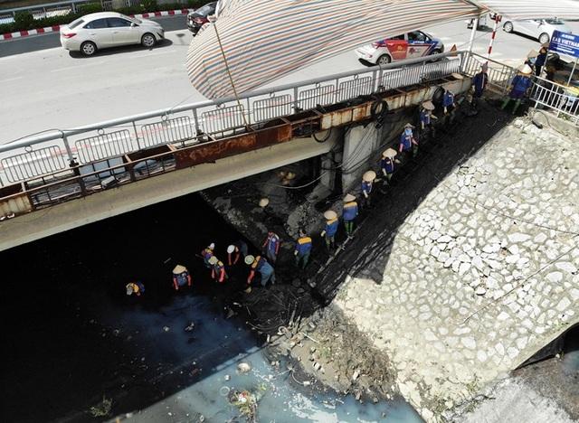 Nữ công nhân môi trường đội nắng nóng nạo vét sông Tô Lịch - 2