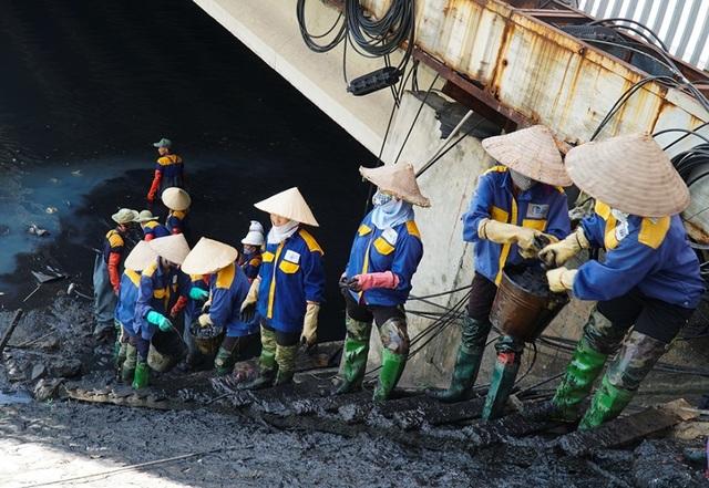 Nữ công nhân môi trường đội nắng nóng nạo vét sông Tô Lịch - 3