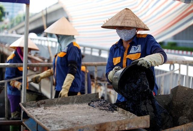 Nữ công nhân môi trường đội nắng nóng nạo vét sông Tô Lịch - 4