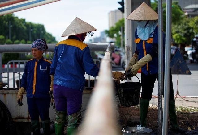 Nữ công nhân môi trường đội nắng nóng nạo vét sông Tô Lịch - 5