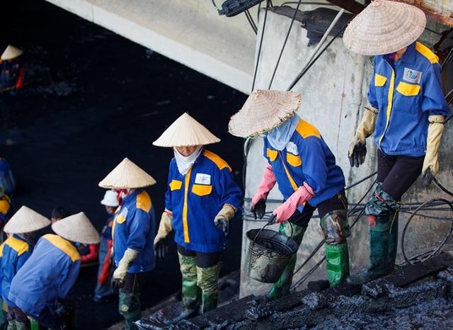 Nữ công nhân môi trường đội nắng nóng nạo vét sông Tô Lịch - 7