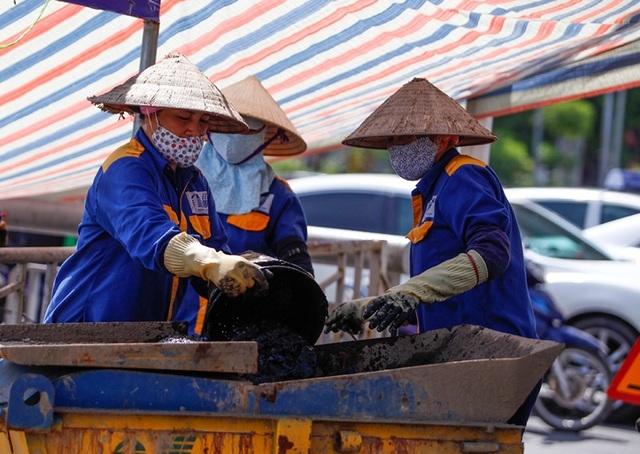 Nữ công nhân môi trường đội nắng nóng nạo vét sông Tô Lịch - 9