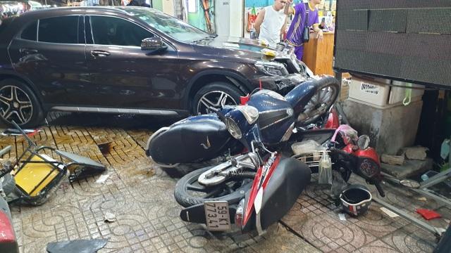 Ô tô lùa 5 xe máy vào cửa hàng, 6 người bị thương