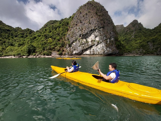 Đến Hạ Long thử trải nghiệm chèo thuyền kayak và ngủ đêm trên du thuyền - 1