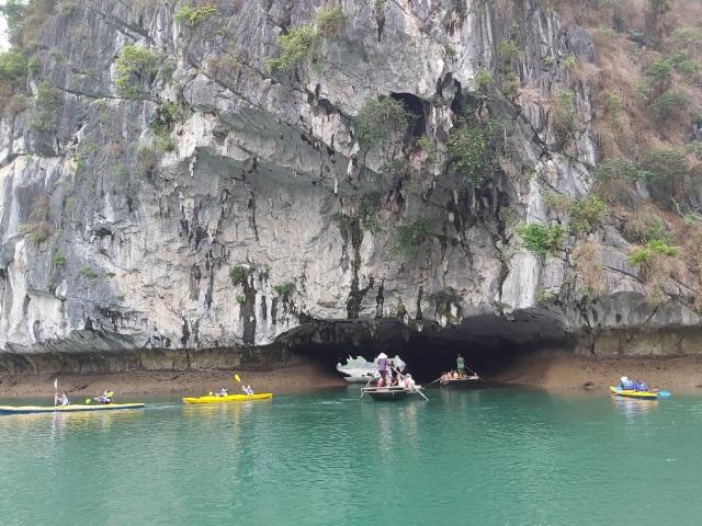 Đến Hạ Long thử trải nghiệm chèo thuyền kayak và ngủ đêm trên du thuyền - 2