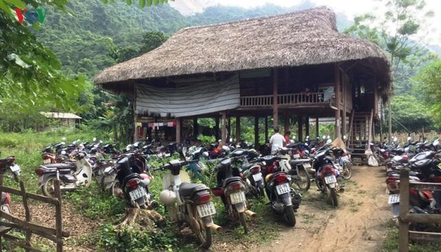 Cận cảnh khu vực người dân đào bới tìm đá quý ở Lục Yên, Yên Bái - 1