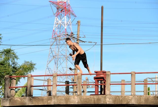 Trò chơi nhảy cầu cao 6m của thiếu niên ngoại thành Hà Nội - 6