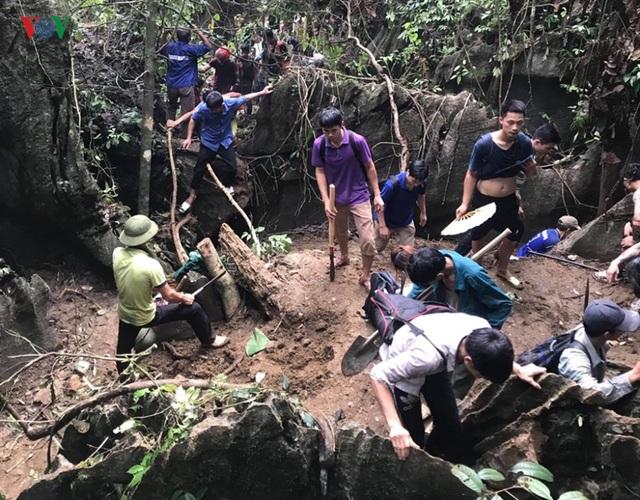 Cận cảnh khu vực người dân đào bới tìm đá quý ở Lục Yên, Yên Bái - 10