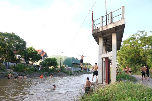 Trò chơi nhảy cầu cao 6m của thiếu niên ngoại thành Hà Nội - 1