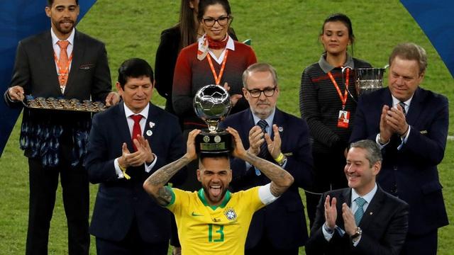 Dani Alves giành giải Cầu thủ xuất sắc nhất Copa America - 1