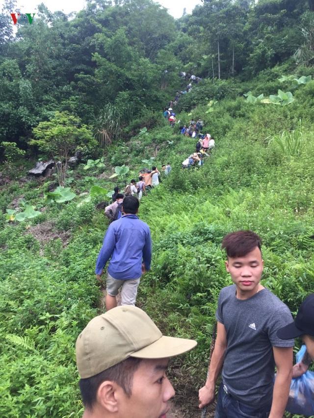 Cận cảnh khu vực người dân đào bới tìm đá quý ở Lục Yên, Yên Bái - 2