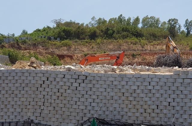 """Khánh Hòa: Hoàn tất di tản dân, bức tường """"khủng"""" sai phép đang được tháo - 3"""