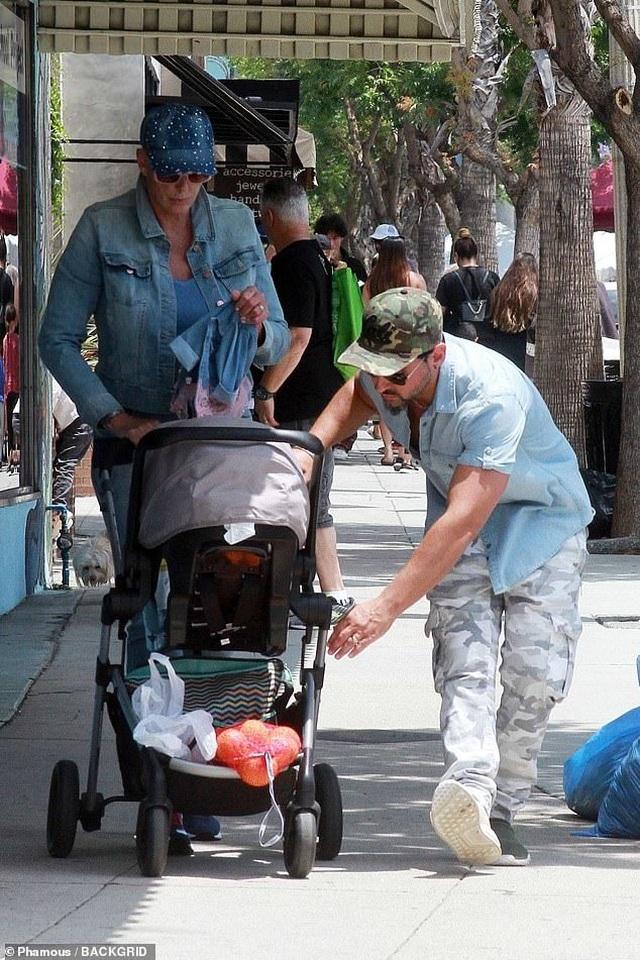 Người mẫu U60 đưa con 1 tuổi ra phố - 3