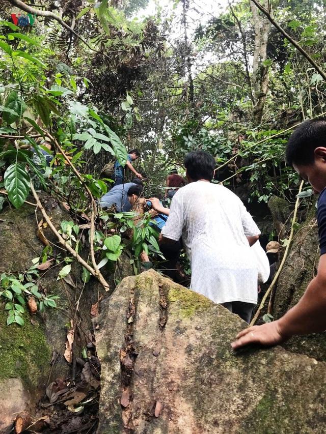 Cận cảnh khu vực người dân đào bới tìm đá quý ở Lục Yên, Yên Bái - 3