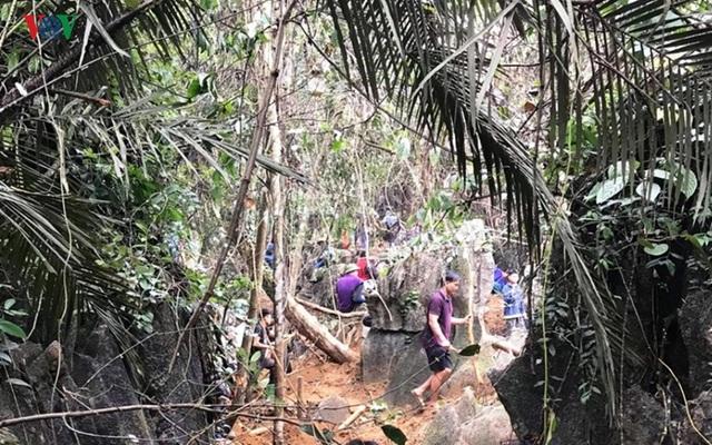 Cận cảnh khu vực người dân đào bới tìm đá quý ở Lục Yên, Yên Bái - 4