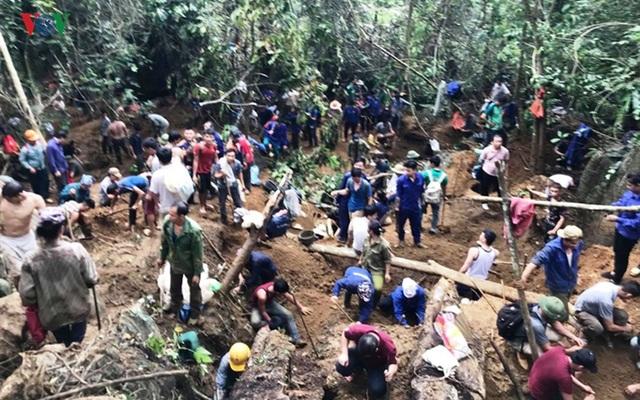 Cận cảnh khu vực người dân đào bới tìm đá quý ở Lục Yên, Yên Bái - 5