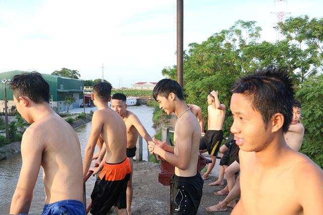 Trò chơi nhảy cầu cao 6m của thiếu niên ngoại thành Hà Nội - 2