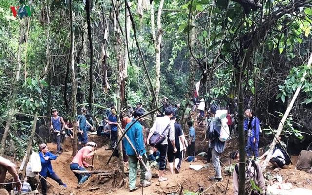Cận cảnh khu vực người dân đào bới tìm đá quý ở Lục Yên, Yên Bái - 6