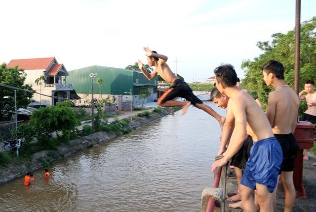 Trò chơi nhảy cầu cao 6m của thiếu niên ngoại thành Hà Nội - 5