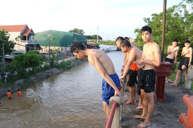 Trò chơi nhảy cầu cao 6m của thiếu niên ngoại thành Hà Nội - 4