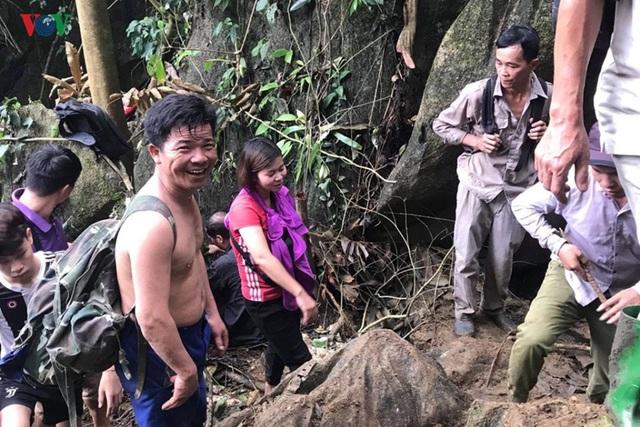 Cận cảnh khu vực người dân đào bới tìm đá quý ở Lục Yên, Yên Bái - 8