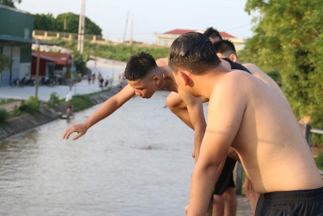 Trò chơi nhảy cầu cao 6m của thiếu niên ngoại thành Hà Nội - 3