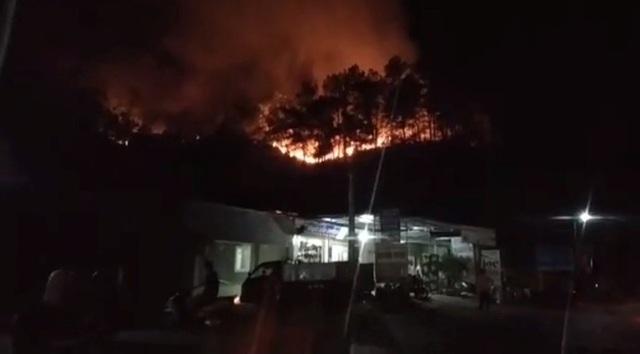 Rừng lại cháy ngút đỉnh, huy động hàng trăm người dập lửa trong đêm - 1