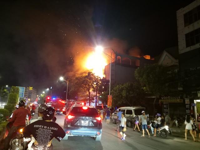 Ảnh viện áo cưới bốc cháy ngùn ngụt trong đêm - 2