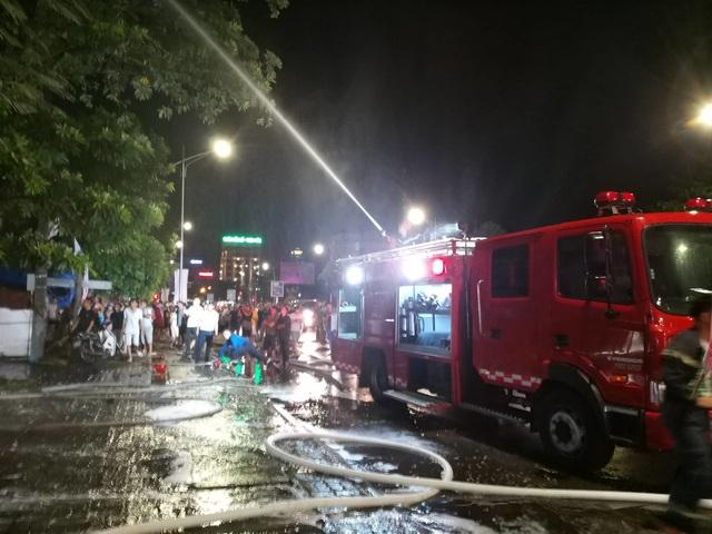 Ảnh viện áo cưới bốc cháy ngùn ngụt trong đêm - 4