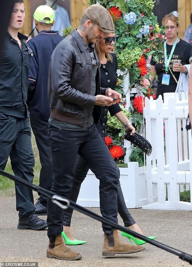 Vợ chồng Beckham sành điệu đi xem ca nhạc - 1